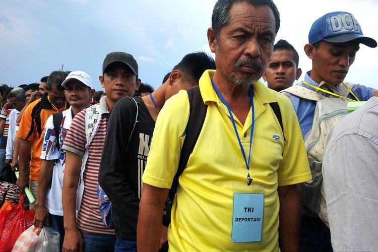 Para TKI ilegal dideportasi Pemerintah Malaysia melalui Pelabuhan Tunontaka Nunukan, Kalimatnan Utara, 21 Maret 2018. Kepolisian Resor Nunukan mengamankan dua warga Nunukan yang diduga akan menyelundupkan 8 TKI ilegal ke Malaysia melalui jalur tikus.