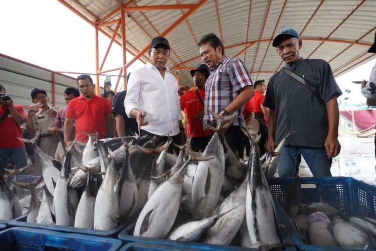 Calon Gubernur Jawa Barat nomor urut 2 Tubagus Hasanuddin atau dikenal dengan Kang Hasan menyapa sejumlah nelayan di Kabupaten Indramayu di Tempat Pelelangan Ikan (TPI) Mina Sumitra, Karangsong, Kecamatan Indramayu, Kabupaten Indramayu, Kamis (22/3/2018).
