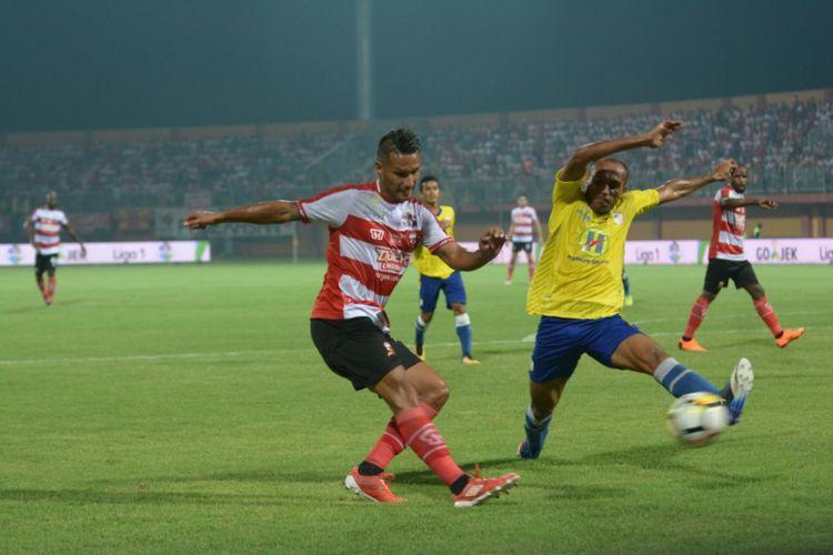 Striker Madura United, Raphael Maitimo saat dihadang pemain Barito Putra dalam pertandingan perdana Liga 1 di Stadion Gelora Ratu Pamelingan (SGRP).
