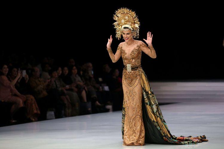 Sophia Latjuba menjadi salah satu penampil khusus membawakan baju rancangan Anne Avantie di Indonesia Fashion Week, Jakarta Convention Center, Jakarta, Kamis (29/3/2018). Peragaan busana dengan tema Sekarayu Sriwedari ini merefleksikan 29 tahun Anne Avantie berkarya sebagai perancang busana.