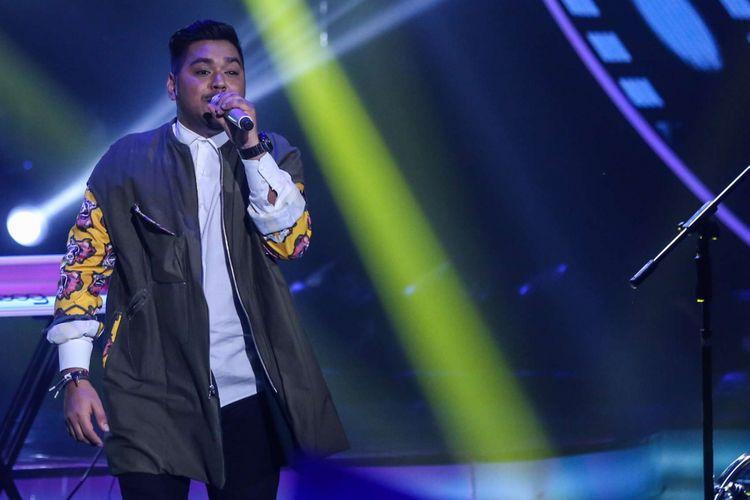 Ahmad Abdul tampil pada Indonesian Idol 2018 di Jakarta, Senin (2/4/2018). Kompetisi pencarian bakat Top tersebut telah menyisakan tiga peserta yaitu Maria Simorangkir, Joanita Veroni, dan Ahmad Abdul.