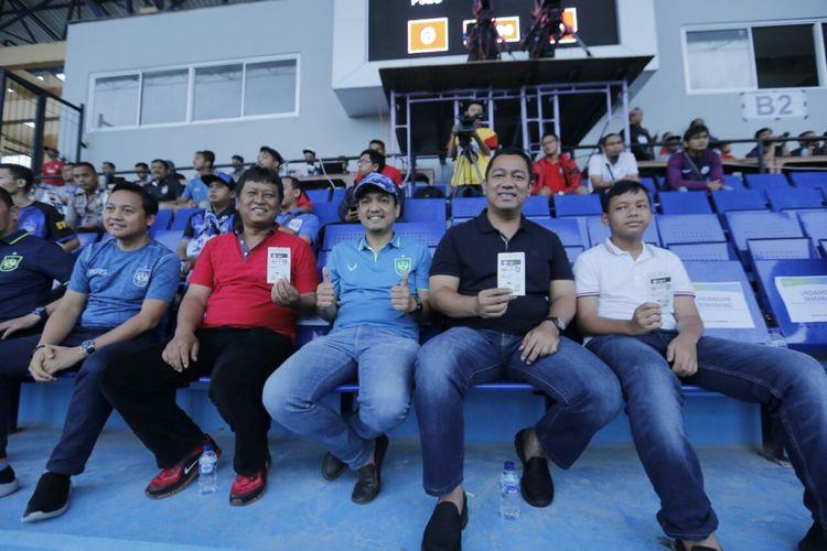 Wali Kota Semarang, Hendrar Prihadi, menonton pertandingan PSIS Semarang melawan Bali United di Stadion Moch Soebroto Magelang, Minggu (1/4/2018)