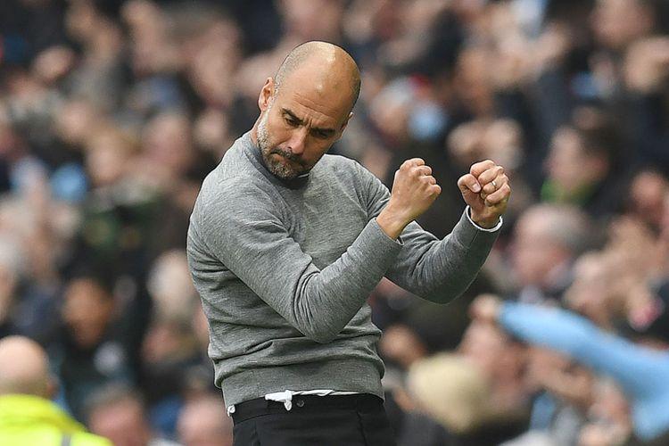 Pep Guardiola merayakan gol Ilkay Guendogan pada laga derbi antara Manchester City dan Mancherster United di Stadion Etihad, Sabtu (7/4/2018).