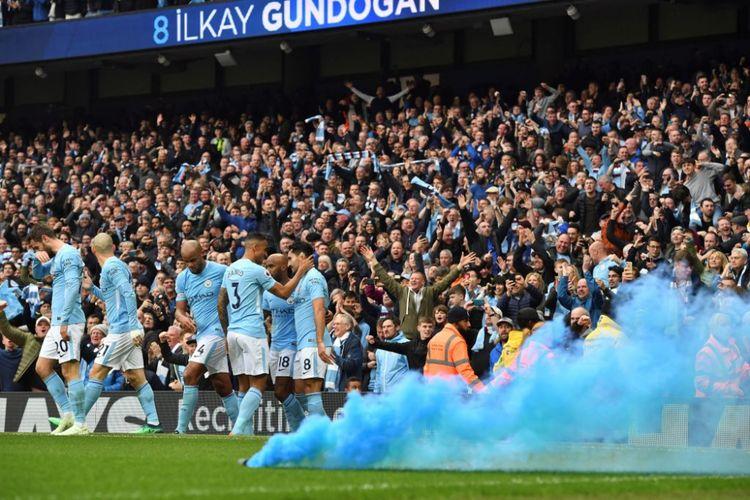 Para pemain Manchester City merayakan gol Ilkay Guendogan ke gawang Manchester United pada pertandingan Premier League di Stadion Etihad, Sabtu (7/4/2018).