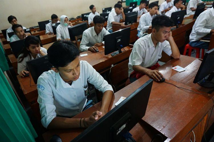 Ujian Nasional Basis Komputer (UNBK) SMA Pembangunan 4 Playen di SMK Yappi Wonosari Senin (9/4/2019) pagi.