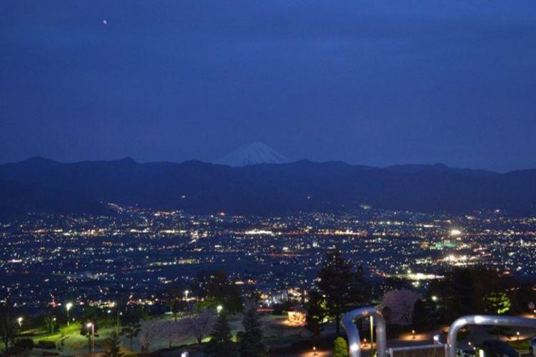 pemandangan Kofubonchi yang terlihat dari Fue Fukigawa Fruit Park ini pun indah pada malam hari..