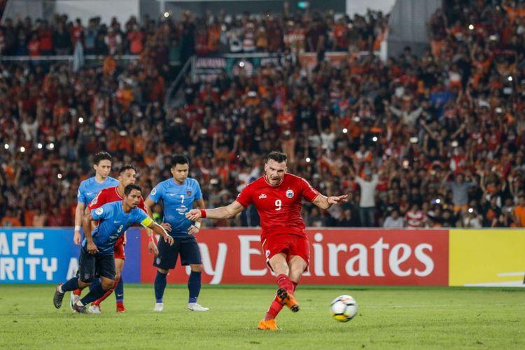 Pemain Persija Jakarta Marko Simic melakukan tendangan titik penalti saat Penyisihan grup AFC CUP 2018 di Stadion Utama Gelora Bung Karno, Jakarta, Selasa (10/4/2018). Persija menang dengan skor 4-0.