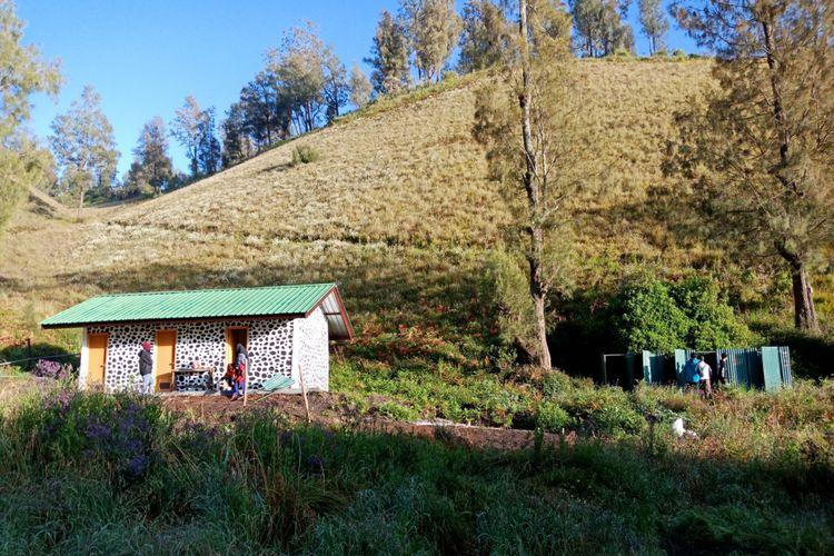 Fasilitas toilet baru (kiri) dan toilet lama (kanan) di Ranu Kumbolo mulai digunakan para pendaki Gunung Semeru, Sabtu (7/4/2018).