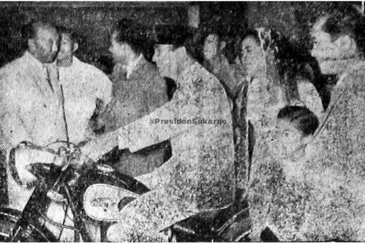 Presiden Soekarno saat menunggangi sepeda motor.