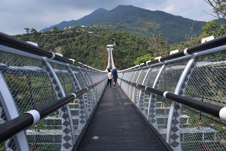 Pengunjung berjalan melintasi jembatan gantung di Taiwan Indigenous Peoples Cultural Park, Pingtung, Taiwan, Rabu (11/4/2018). Indigenous Peoples Cultural Park atau Taman Budaya Penduduk Asli Taiwan yang didirikan tahun 1989 dengan luas sekitar 82 hektar itu merupakan tempat untuk mengenal dan mengetahui kehidupan dan budaya suku-suku asli Taiwan.