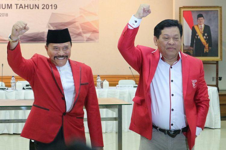 Ketua Umum Partai Keadilan dan Persatuan Indonesia (PKPI) AM Hendropriyono (kiri) bersama dengan Sekretaris Jenderal PKPI Imam Anshori Saleh (kanan) ketika hadir dalam acara penetapan peserta dan nomor urut PKPI sebagai peserta Pemilu 2019 di Kantor KPU RI, Jakarta, Jumat (13/4/2018).