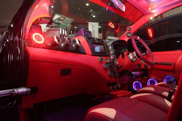 Daihatsu Sirion 2011 jawara kontes modifikasi Autovision Autolight Up 2018. Modifikasi di sektor penerangan membuat hatchback ini tampil atraktif