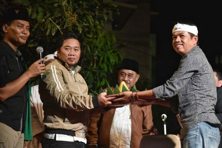 Mantan Bupati Purwakarta Dedi Mulyadi saat menghadiri undangan warga di acara peresmian kampung di Kelurahan Dago, Kecamatan Coblong, Kota Bandung, Senin (16/4/2018) malam.