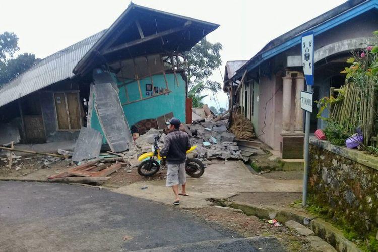 Rumah warga rusak berat akibat gempa bumi berkekuatan magnitudo 4.4 mengguncang wilayah Banjarnegara, Jawa Tengah, Rabu (18/4/2018).