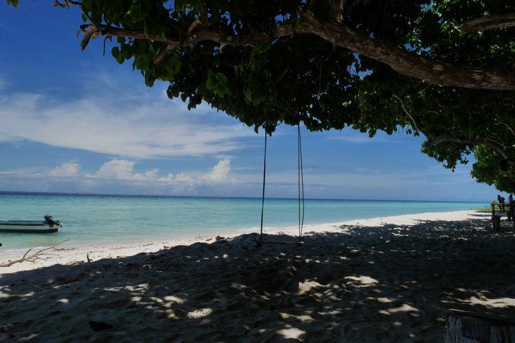 Ayunan Pohon di Tanjung Waka salah satu destinasi wisata yang ada di Desa Fatkayon, Kecamatan Sulabesi Timur, Pulau Sulabesi, Kepulauan Sula, Maluku Utara, Jumat (13/4/2018).