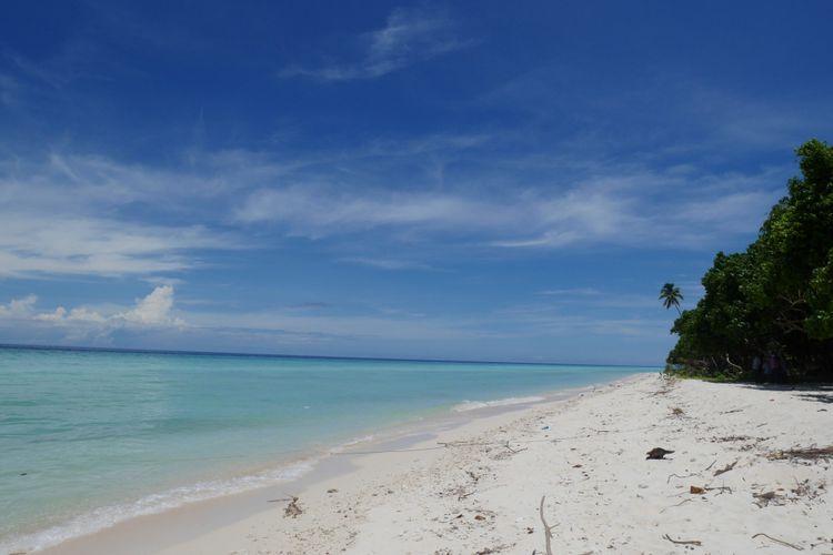 Tanjung Waka salah satu destinasi wisata yang ada di Desa Fatkayon, Kecamatan Sulabesi Timur, Pulau Sulabesi, Kepulauan Sula, Maluku Utara, Jumat (13/4/2018).