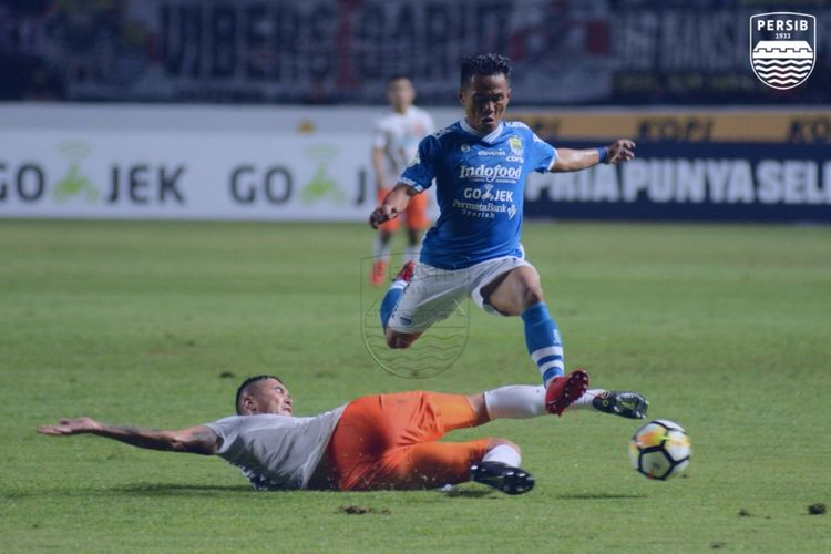 Pemain sayap Persib, Ghozali Siregar, saat melewati hadangan pemain Borneo FC.