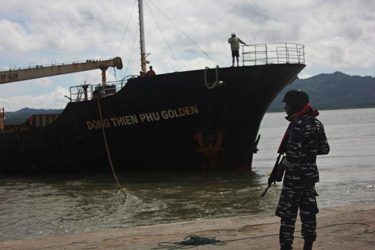 Kapal berbendera Negara Vietnam yang memuat beras dengan tujuan Negara Malaysia diamankan di perairan Sebatik Kabuoaten Nunukan. Kapal yang memuat 2.900 ton beras tersebtu teindikasi melakukan bongkar muat di tengah laut.