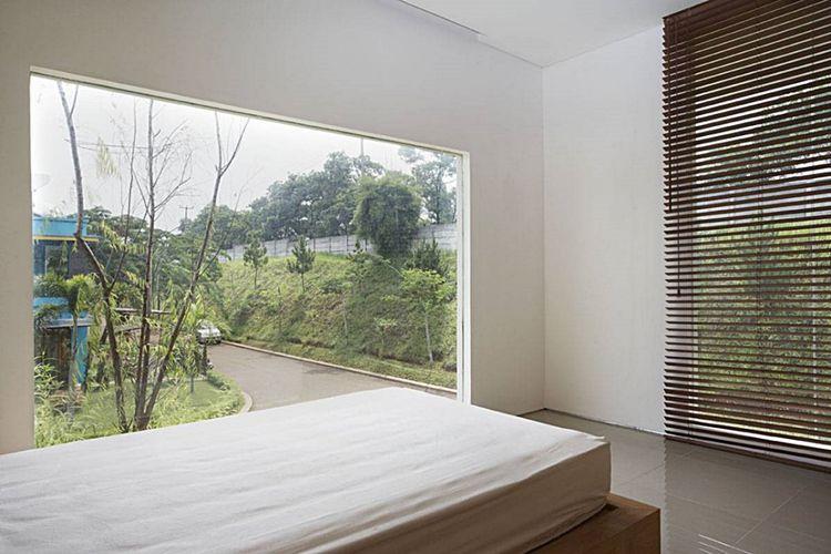 Jendela rumah minimalis  House at Legenda Wisata di Jakarta karya Sontang M Siregar.