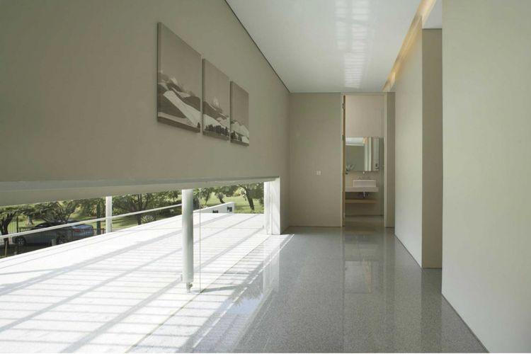Jendela rumah minimalis  TJ_House di Jakarta karya Studio Air Putih.