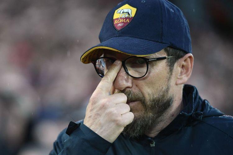 Eusebio Di Francesco tampak membetulkan letak gagang kacamatanya pada tengah-tengah pertandingan semifinal Liga Champions antara Liverpool dan AS Roma di Anfield, Selasa (24/4/2018).