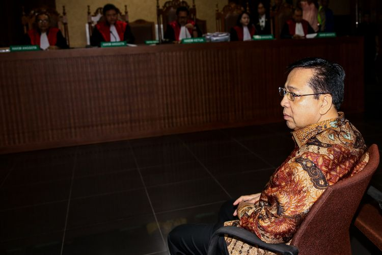 Setya Novanto saat menghadiri sidang vonis di Pengadilan Tindak Pidana Korupsi Jakarta, Selasa (24/4/2018). KPK menduga Setya Novanto melakukan perbuatan melawan hukum dan atau penyalahgunaan wewenang yang mengakibatkan kerugian negara terkait pengadaan proyek KTP elektronik.