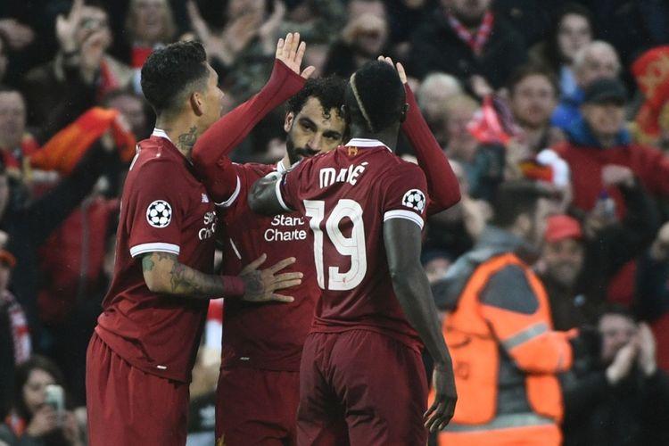 Trio penyerang Liverpool, Roberto Firmino, Sadio Mane, dan Mohamed Salah merayakan gol timnya ke gawang AS Roma pada laga semifinal Liga Champions di Stadion Anfield, Selasa 924/4/2018).