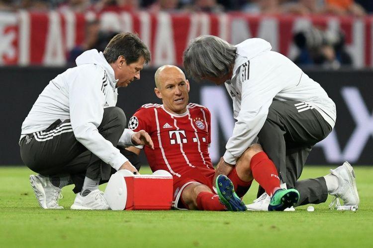 Arjen Robben mendapatkan perawatan saat mengalami cedera pada pertandingan pertama semifinal Liga Champions antara Bayern Muenchen dan Real Madrid di Allianz Arena, Rabu (25/4/2018).