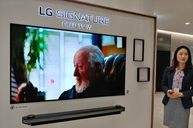 Televisi buatan LG yang dilengkapi dengan teknologi kecerdasan buatan ThinQ.