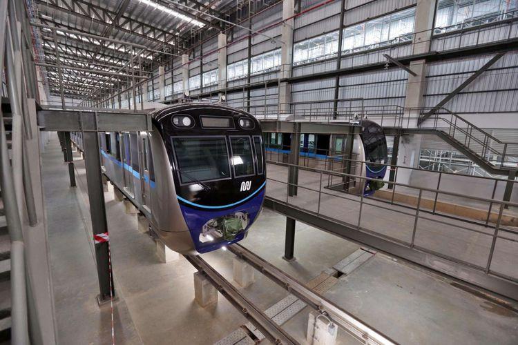 Rangkaian kereta Mass Rapid Transit (MRT) Jakarta terparkir di Depo MRTJ, Lebak Bulus, Jakarta Selatan, Kamis (25/4/2018). Direktur Utama MRTJ  William Sabandar menyatakan, hingga 25 April 2018 proses pembangunan MRT sudah mencapai 93,45 persen. Saat diskusi dengan media dia Depo MRT Lebak Bulus, Jakarta Selatan.