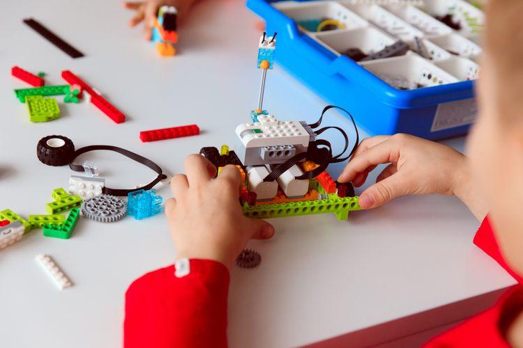 Ilustrasi anak bermain robot