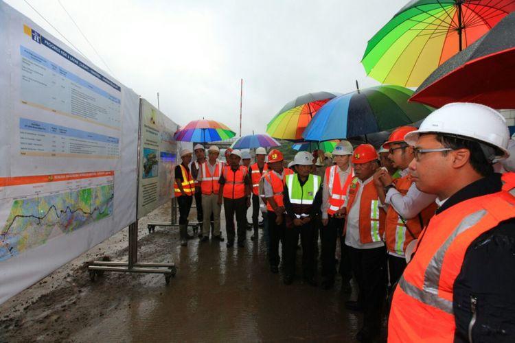 Menteri PUPR Basuki Hadimuljono saat meninjau proyek Tol Cisumdawu, Kamis (26/4/2018).