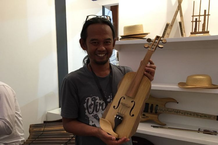 Perajin alat musik modern berbahan dasar bambu, Adang Muhidin (44), memamerkan produknya saat Inacraft 2018 di Jakarta Convention Center, Jakarta Pusat, Sabtu (28/4/2018).