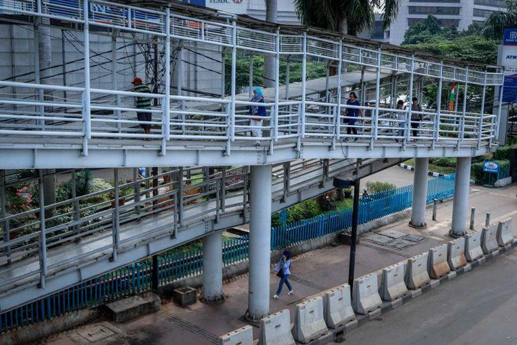 Warga melintasi jembatan penyeberangan orang (JPO) di Dukuh Atas, Jakarta, Sabtu (28/4/2018). Pemerintah Provinsi DKI Jakarta akan merombak 12 JPO di sepanjang Jalan Jenderal Sudirman hingga Jalan MH Thamrin.