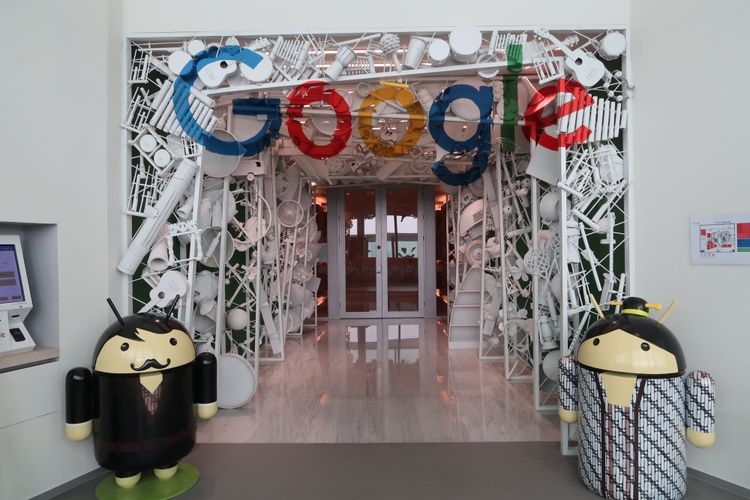 Pertama kali masuk Kantor Google Indonesia, pengunjung disambut instalasi patung Android dan logo Google.