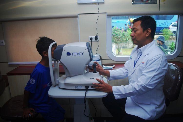 Seorang dokter sedang memeriksa kondisi mata pasien anak kecil dalam program layanan kereta kesehatan atau Rail Clinic, di Stasiun Maseng, Kabupaten Bogor, Kamis (3/5/2018). PT KAI memanfaatkan jalur kereta api untuk menjangkau masyarakat yang tinggal di daerah yang sulit ditembus dengan kendaraan bermotor untuk memberikan layanan kesehatan gratis.
