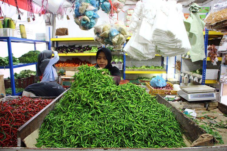 Sepekan menjelang Ramadan harga bahan pangan semakin naik. Misalnya Cabe Merah yang sebelumnya Rp35 ribu perkilonya menjadi Rp55 ribu perkilonya. Begitu juga cabe rawit yang saat ini tembus Rp 60 ribu perkilonya.