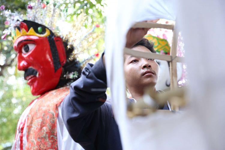 Salah satu perajin dari sanggar Al-Fathir menyelesaikan kostum untuk ondel-ondel di Kampung Ondel-ondel  Kramat Pulo, Jakarta Pusat, Jumat (04/05/2018). Warga di permukiman padat penduduk ini banyak yang menggantungkan mata pencarian dengan membuat ondel-ondel ataupun mengamen dengan ondel-ondel.
