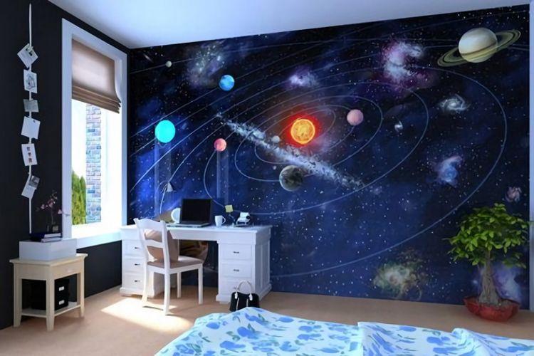 Mural bertema luar angkasa sebagai sarana edukasi di kamar tidur anak.