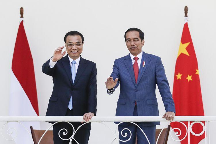 Presiden Joko Widodo (kanan) dan Perdana Menteri China Li Keqiang melambaikan tangan di area beranda Istana Presiden, Bogor, Jawa Barat, Senin (7/5/2018). Selama kunjungannya di Indonesia, PM Li rencananya melakukan sejumlah agenda, antara lain pertemuan bilateral dengan Jokowi, mengunjungi Sekretariat ASEAN, dan menghadiri KTT Bisnis Indonesia-China.