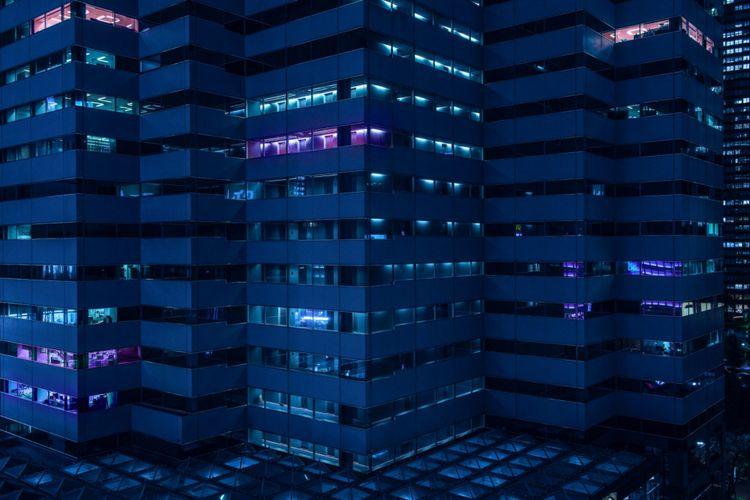 Fotografer Australia Tom Blachford menangkap suasana yang muram di Tokyo dengan latar belakang bangunan yang diterangi cahaya neon dalam referensi untuk film noir, khususnya film fantasi sci-fi 1982, Blade Runner.