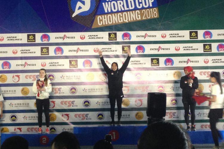 Atlet panjat tebing Indonesia, Aries Susanti Rahayu (tengah), berhasil menjadi yang tercepat dalam IFSC WorldCup Series Chongqing, China.
