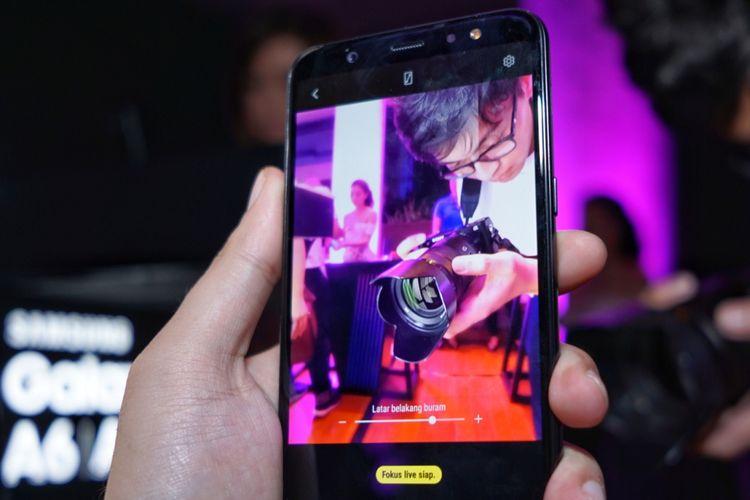 Kamera ganda milik Galaxy A6 Plus bisa menghasilkan efek bokeh lewat fitur Live Focus. Galaxy A6 hanya dibekali kamra tunggal,