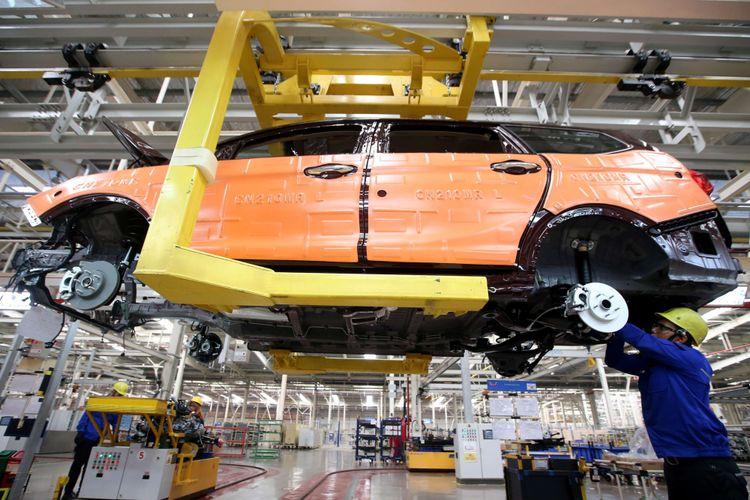 Pekerja menyelesaikan perakitan mobil wuling di Pabrik Wuling Motors, Cikarang, Bekasi, Jawa Barat, Rabu (9/5/2018). Pabrik seluas 60 hektar yang terdiri dari pabrik manufaktur dan supplier park mampu memproduksi 120.000 unit kendaraan pertahun.