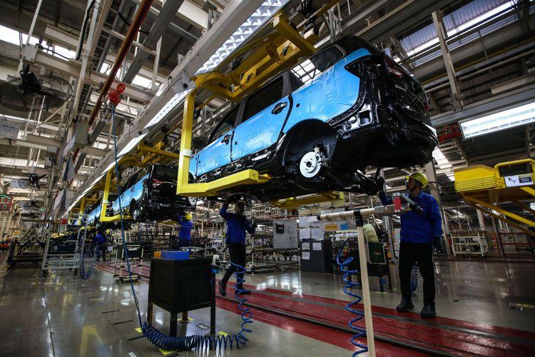 Pekerja melakukan perakitan mobil wuling di Pabrik Wuling Motors, Cikarang, Bekasi, Jawa Barat, Rabu (9/5/2018). Pabrik seluas 60 hektar yang terdiri dari pabrik manufaktur dan supplier park mampu memproduksi 120.000 unit kendaraan pertahun.