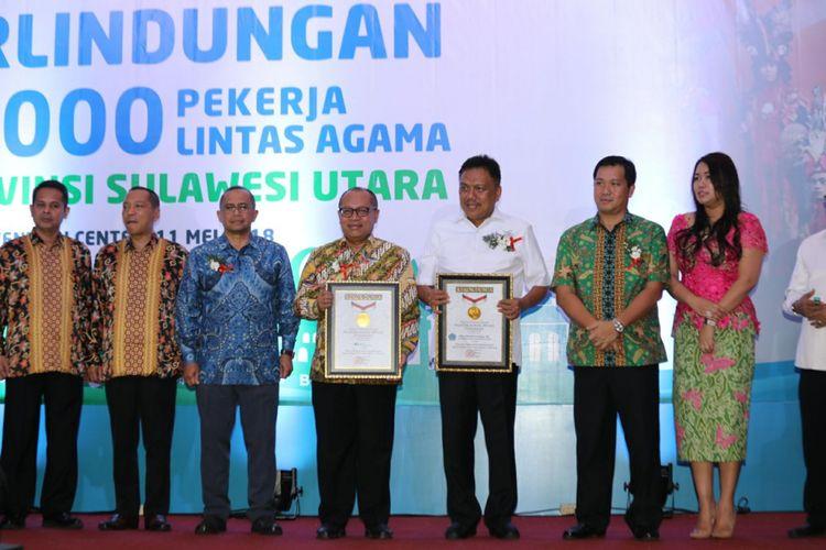 Pemerintah Provinsi Sulawesi Utara memecahkan rekor MURI pemberian jaminan sosial ketenagakerjaan untuk pekerja lintas agama terbanyak di Indonesia, Jumat (11/5/2018).