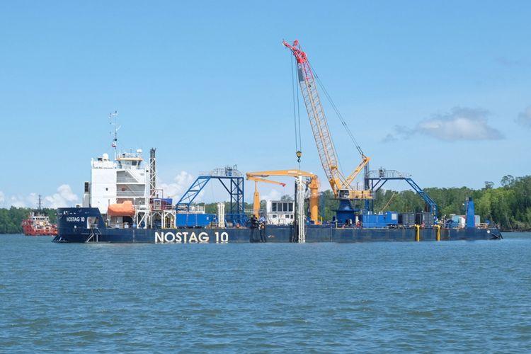 Kapal Nostag 10 yang digunakan untuk meletakkan kabel serat optik di laut dangkal Teluk Bintuni, Jumat (11/5/2018).