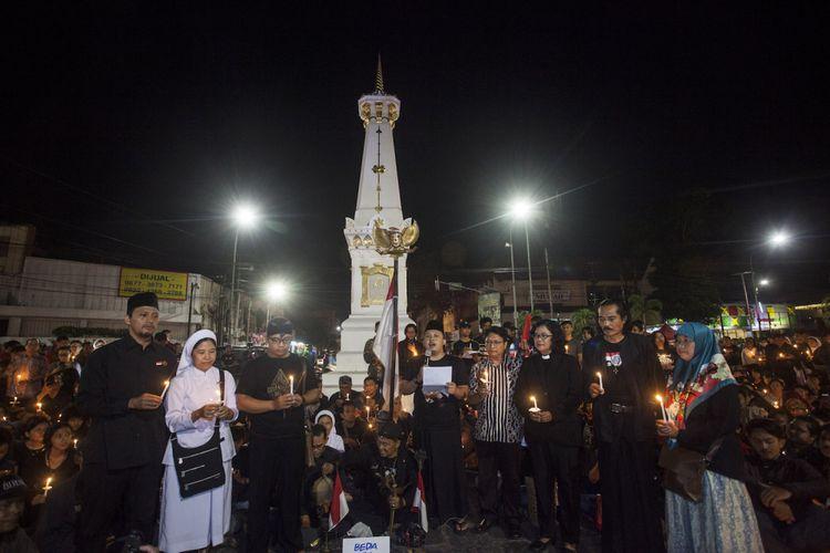 Sejumlah warga mengikuti aksi Solidaritas dan Doa Bersama di Tugu Pal Putih, Yogyakarta, Minggu (13/5/2018).