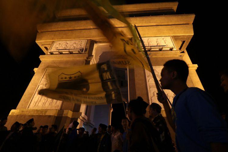 Sejumlah mahasiswa yang tergabung dalam Pergerakan Mahasiswa Islam Indonesia (PMII) mengikuti aksi simpatik di Monumen Simpang Lima Gumul, Kediri, Jawa Timur, Minggu (13/5/2018) malam.