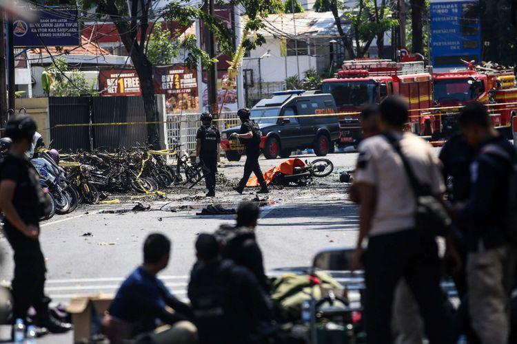 Anggota kepolisian bersiap meledakkan bom sisa di Gereja Pantekosta Pusat Surabaya (GPPS) di Jalan Arjuna, Surabaya, Jawa Timur, Minggu (13/5/2018). Akibat ledakan itu, 5 mobil dan 30 motor terbakar.